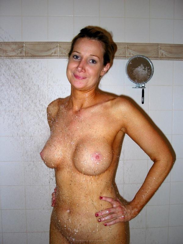Похотливая проказница мочит свои формы в ванной