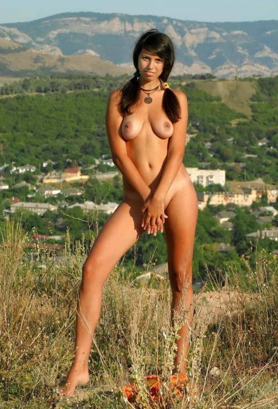 Чика без нижнего белья уселась на холме