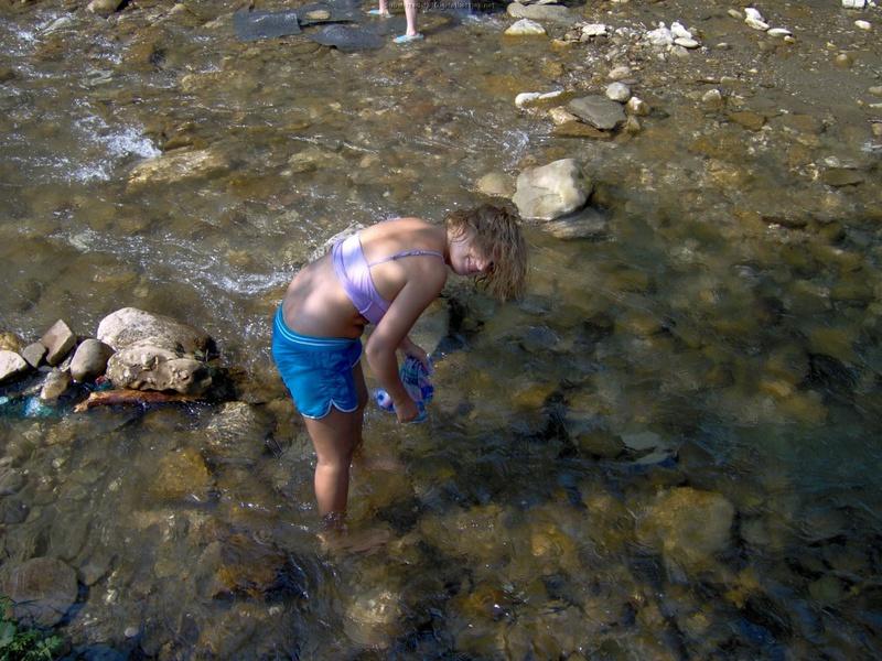 Сучка зашла в горную реку топлес
