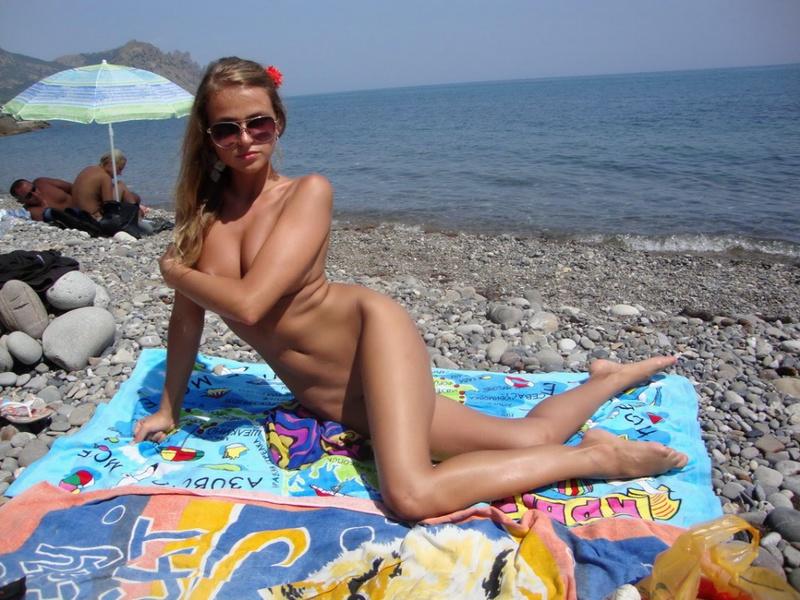 Знойная Развратница На Пляже Прикрыла Соски Камешками Порно И Секс Фото С Молоденькими