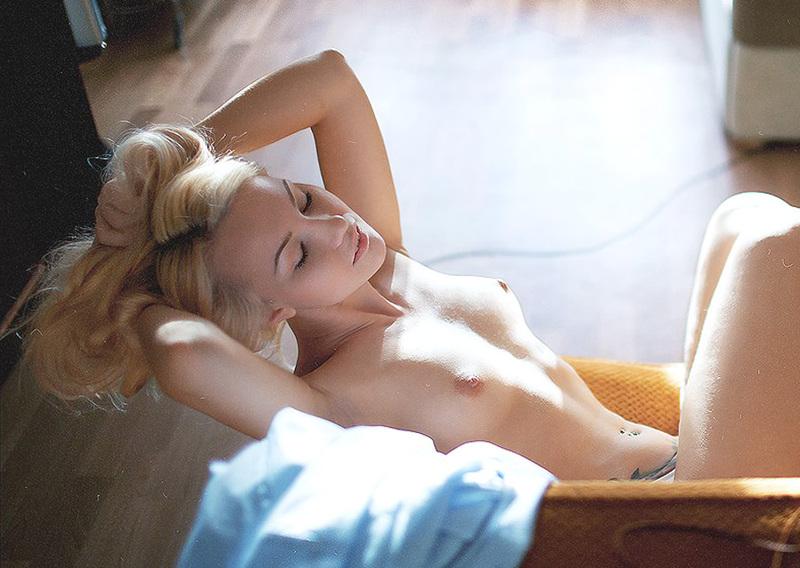 Милая блондинка работает моделью в эротическом журнале