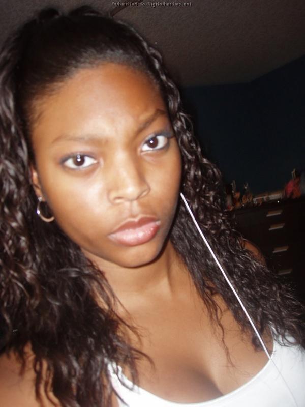 Негритянка оголила свои упругие титьки в уборной