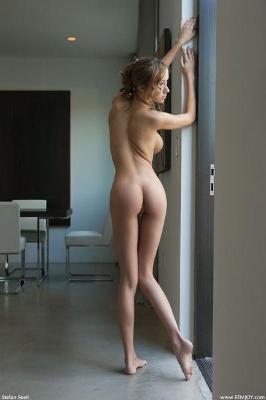 Виктория светит прелестями в пустой квартире