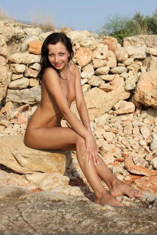 Возбужденная Карина осталась на камнях без трусиков