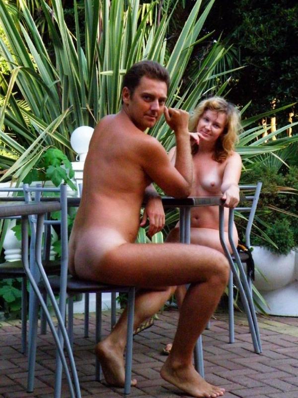 Барышня на отдыхе бродит по достопримечательностям голая смотреть эротику