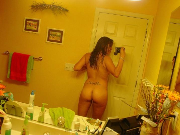 В своей квартире латинская девушка бахвалится сочными буферами