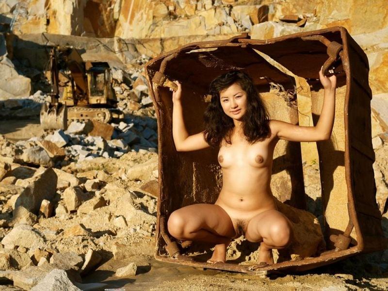 Софи без трусов прогуливается в карьере по добычи золота смотреть эротику