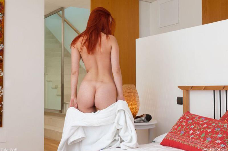Рыженькая Ариэль на постели приводит себя в порядок