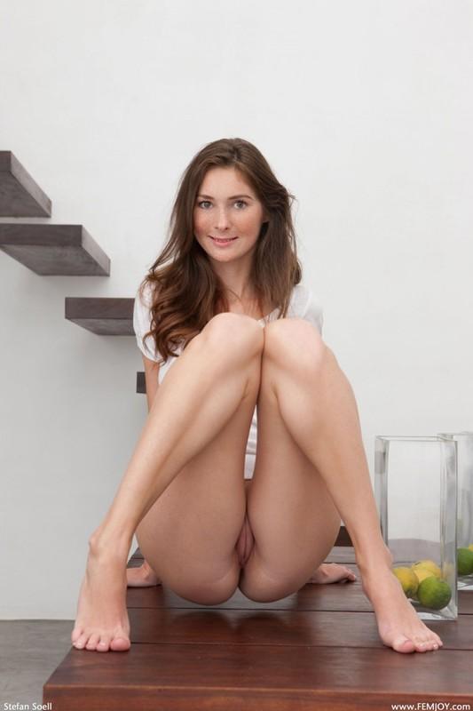 Кэти с радостью светит у стола своими красивой грудью