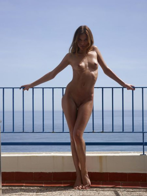 Ксения наслаждается морем на террасе смотреть эротику
