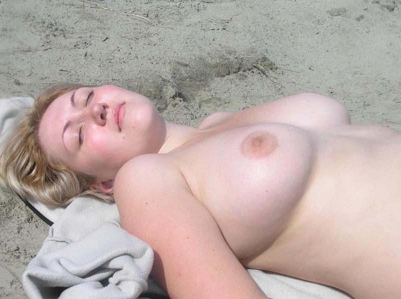 Светловолосая девушка отдыхает в гостях после пляжного отдыха
