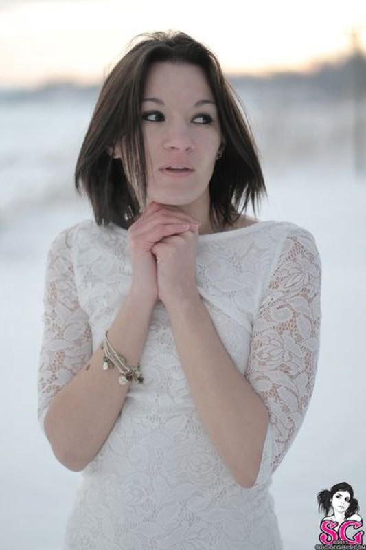Бэйба присела на снег голенькой попкой