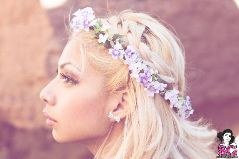 Божественная блондинка снимает белье у камней