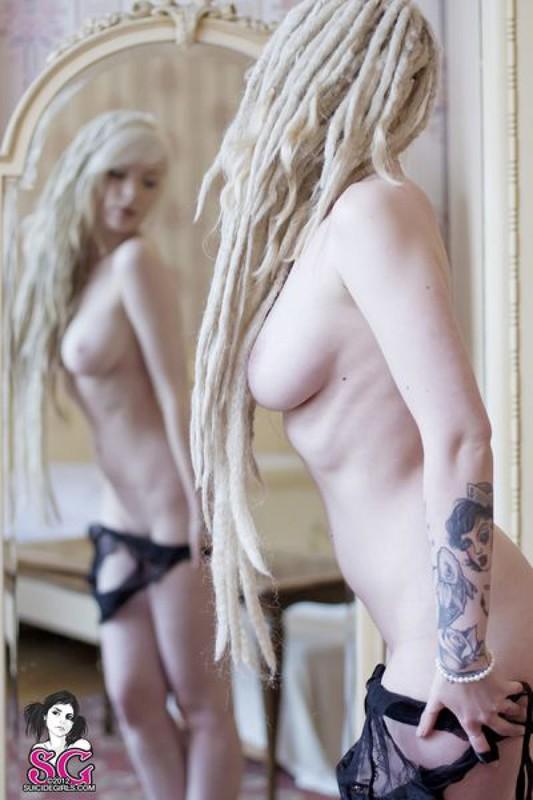 Соблазнительная Кейн наслаждается раздетой красотой в зеркале