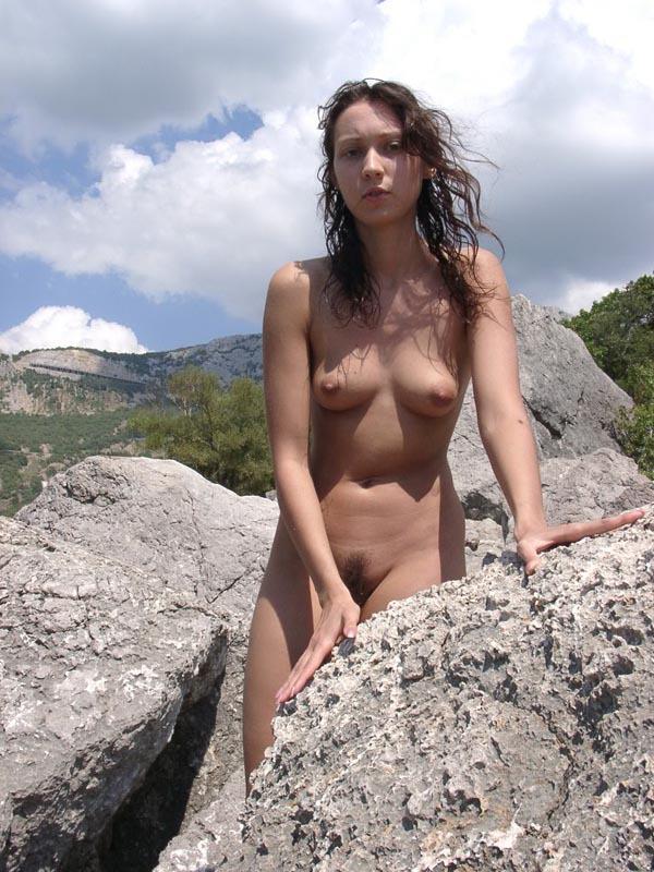 Юная студентка радуется отдыху на пляже