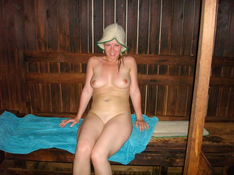 Мама в колготках лежит на спине демонстрируя пизду