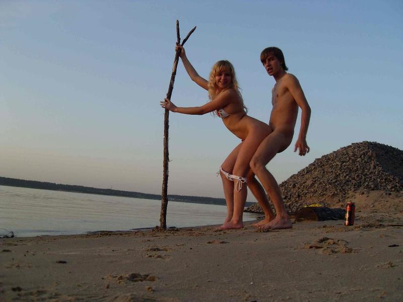 Раздетая девица мочит ноги в море
