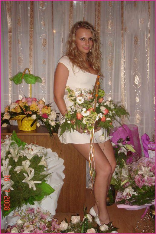 Невеста играется в нарядах во время первой брачной ночи