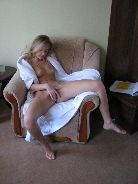 Симпотная мадам трогает пизду в гостиничном номере