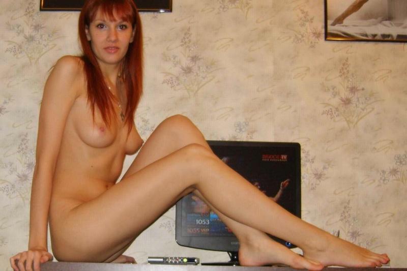 20-летняя скромняжка показывает пилотку и длинноногие груди