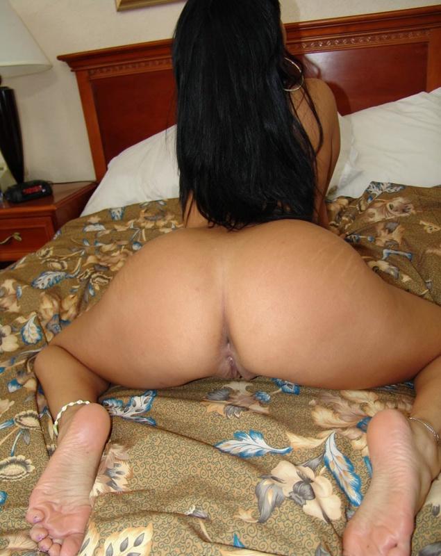 Бестия проветривает растраханную шмоньку в спальне