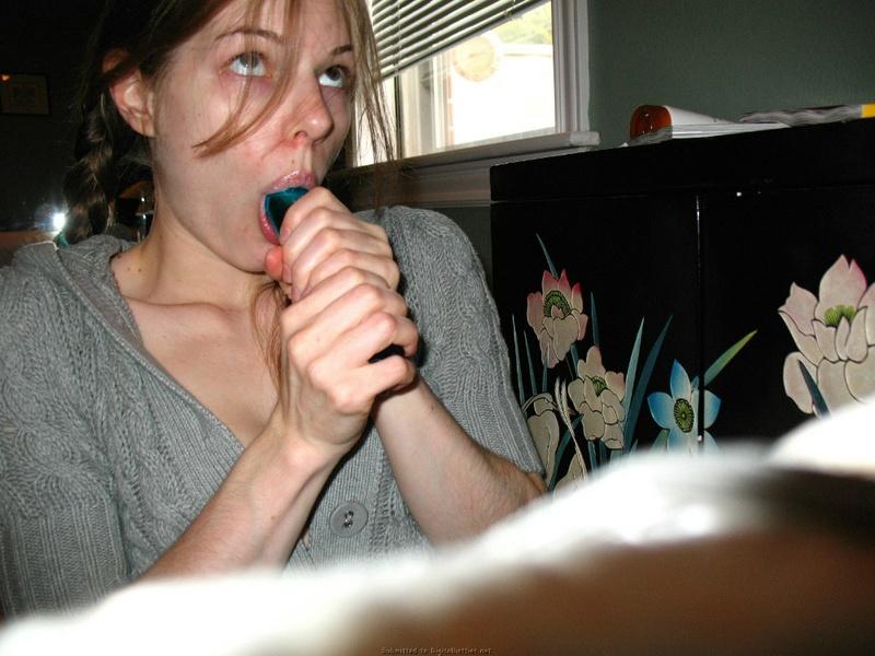 Девчонка с косичками трахает свою попку самотыком