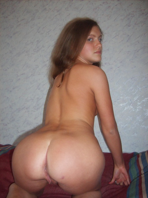 Голубоглазая леди позирует голая на кровати