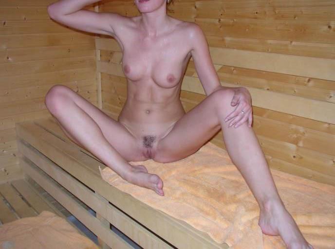 Проститутка испачкав лицо кончёй отправилась фотографироваться в баню