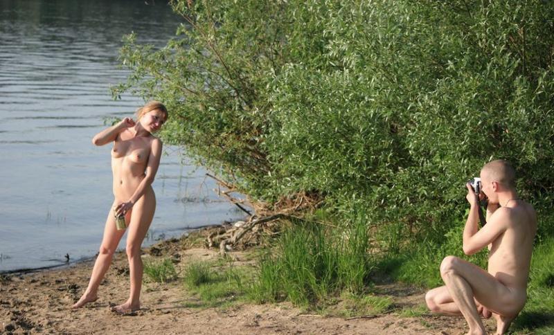Голый парень отдыхает со своей девушкой на природе