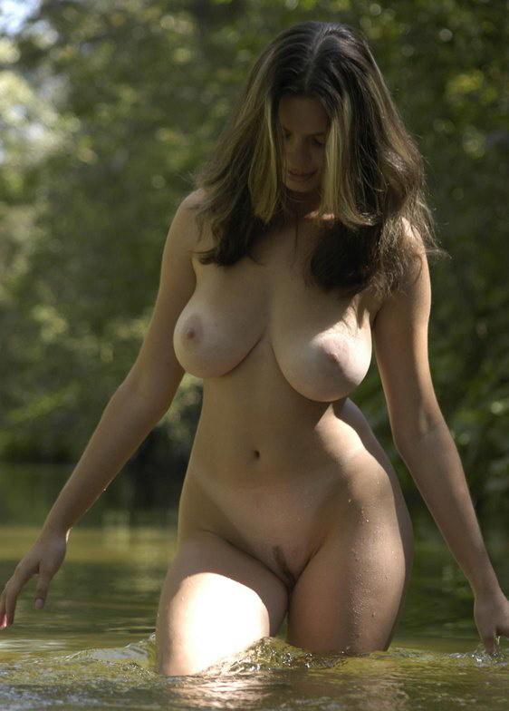 Грудастая красавица пришла к лесному озеру