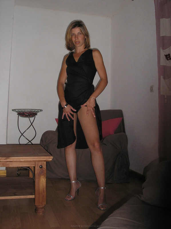 Грешница растягивает жопу розовым дилдо секс фото