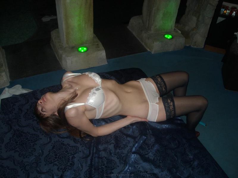 Милая шлюха постепенно снимает нижнее белье в бане
