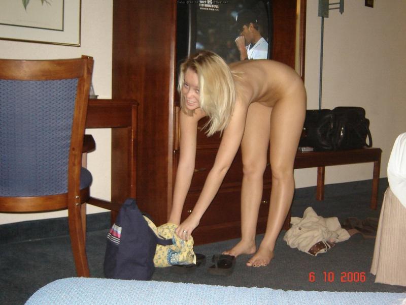 Голая блондинка отдыхает на кровати после катания на катере