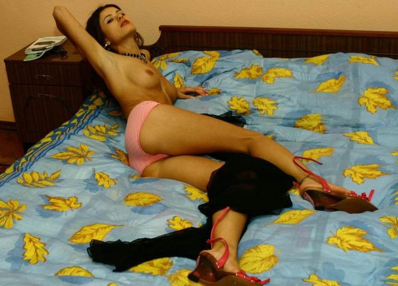 Милая любовница оголяет свое нежное тело на постели