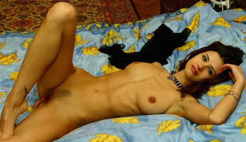 Нежная сожительница оголяет свое милое тело на кроватке