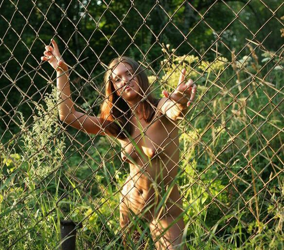 Девушка без нижнего белья гуляет по парку