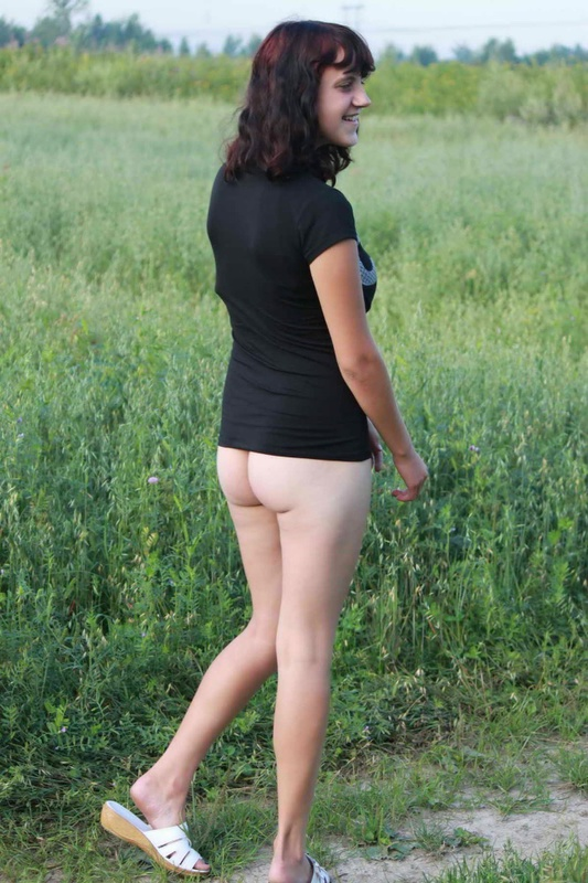 Сельская девчонка бродит по полю с голой жопой