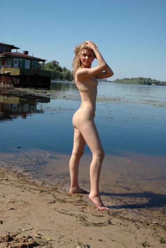 Голая Настя натерла задницу песком на речном пляже