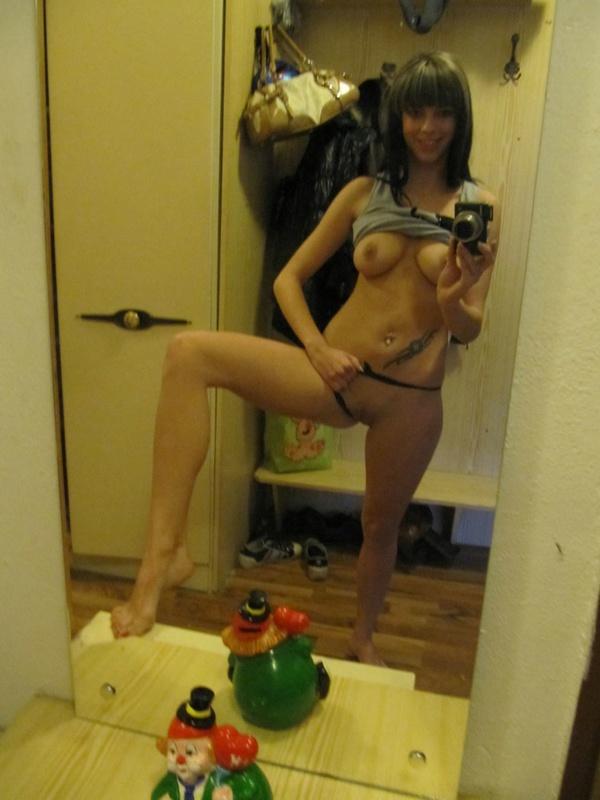 Бикса оголила титьки в коридоре перед зеркалом