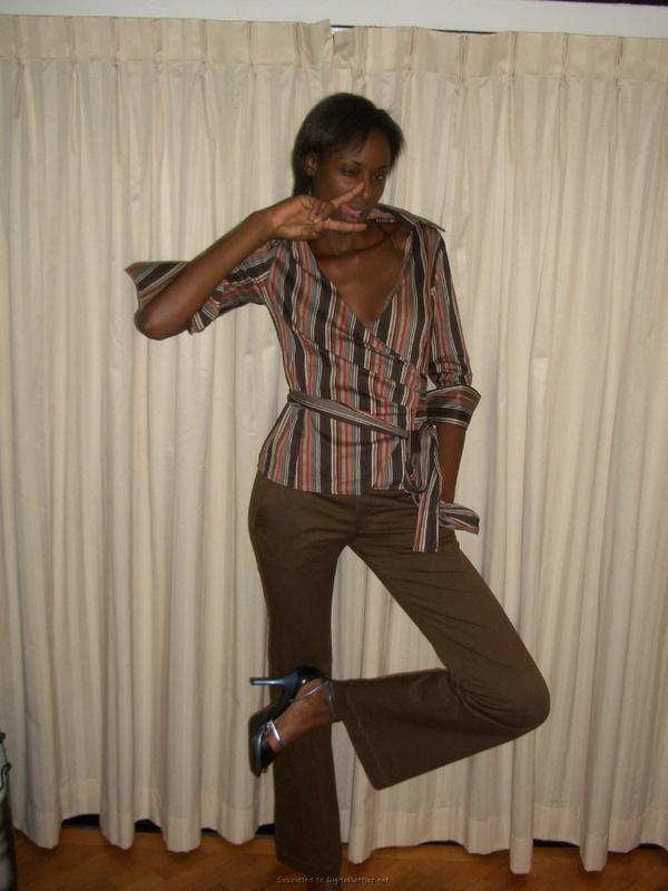 Возбужденная африканка валяется на постели в одних бикини