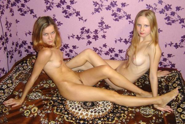2е раздетые лесби ублажают писечки друг дружке в кровати