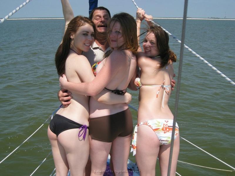 Три 19-летние подружки стоят на палубе яхты без лифчика