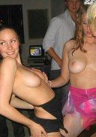 Выпившие девушки шалят на лесбийской вечеринке 18 фотография
