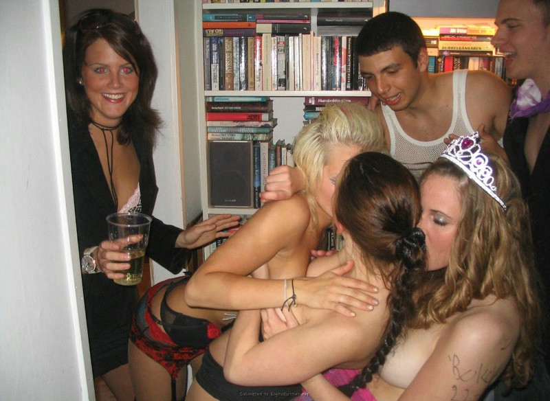 Выпившие девушки шалят на лесбийской вечеринке