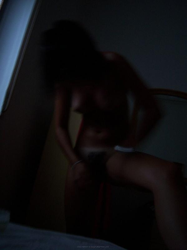 В отпуске темненькая девушка загорает без трусов секс фото