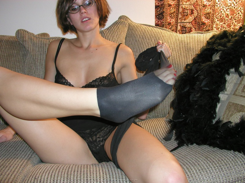Сучка в очках любит свои ноги и играет с ними сидя на диване