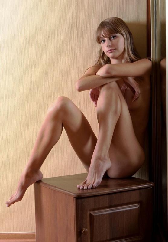 Вика облокотилась спиной о зеркало сидя на полу