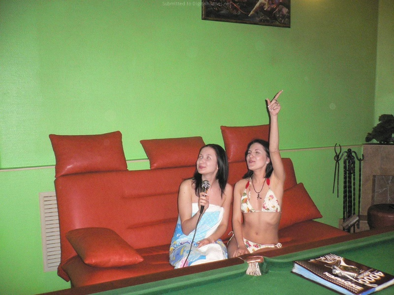 Компания лесбиянок отмечает девичник в сауне
