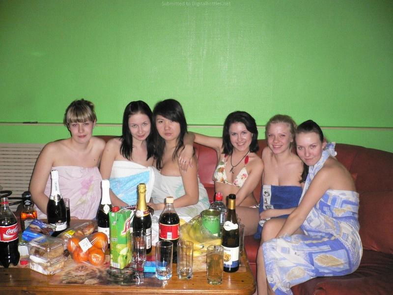 Компания лесби отмечает прощальный вечер в бане