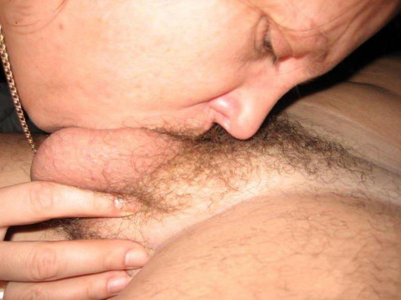 Телка берет в рот яйца соседа перед оттрахом в анус